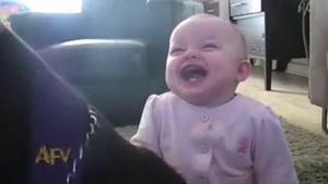 خندیدن کودک به ذرت خوردن سگ