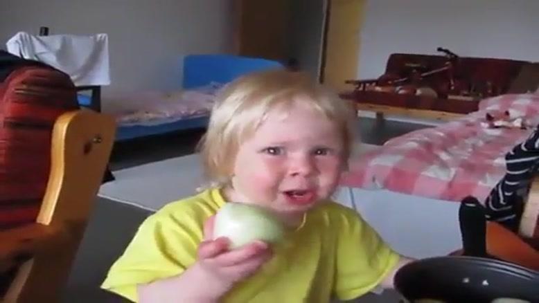 خوردن پیاز توسط بچه