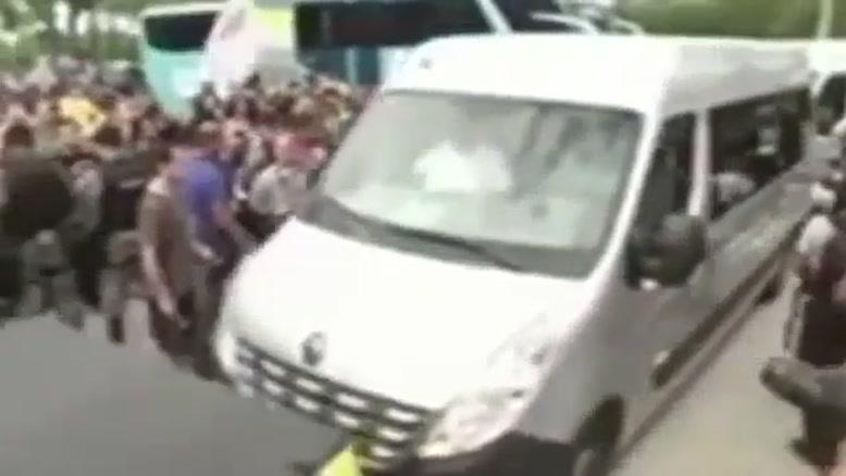 محاصره اتوبوس برزیل توسط معترضان