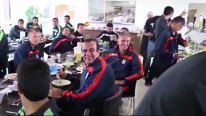 تماشای والیبال ایران-برزیل توسط بازیکنان