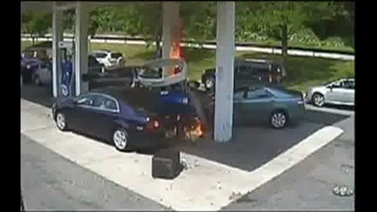 نجات راننده ازخودرو شعله ور در پمپ بنزین