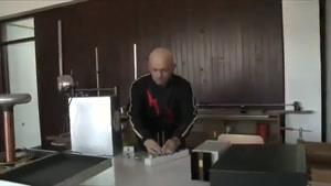 مردی که با بدن خود برق تولید می کند