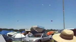باد شدید و بردن چادرهای مردم به هوا