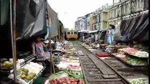 بازار کنار ریل قطار