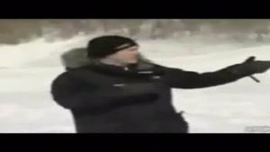 پشتک خبرنگار در برف