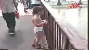 پاشيدن آب بر روي پسر بچه