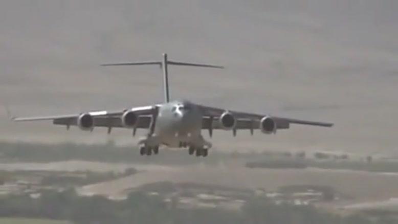 فرود هواپیما در باند خاکی