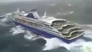کشتی طوفان زده در دریا