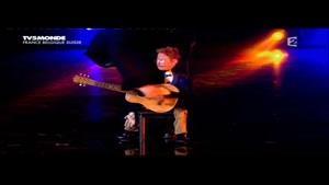 گیتار زدن با  عروسک ...خیلی جالبه
