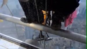 شستن شیشه های بلند ترین برج جهان