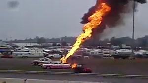چاه نفت پشت ماشین