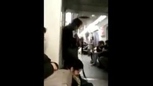 گیتار زدن در مترو