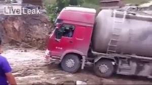 کامیون در جاده ناهموار