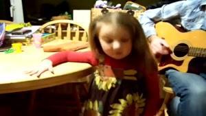دختر بچه آواز خوان