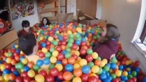 استخر توپ در خوابگاه دانشجویی
