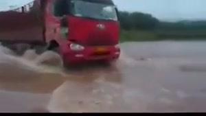غرق شدن کامیون