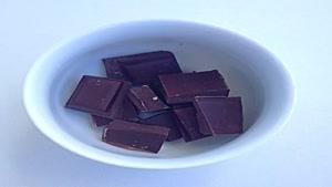 شکلات چوبی توت فرنگی خیلی راحت