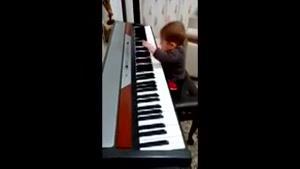 آرتین در حال پیانو نواختن