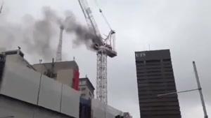 سقوط جرثقیل روی سقف ساختمان