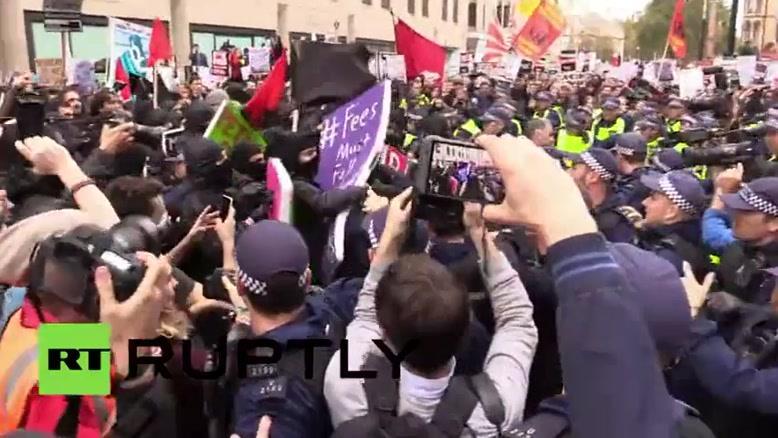 فیلم/ اعتراض دانشجویان انگلیس به کاهش بودجه آموزشی