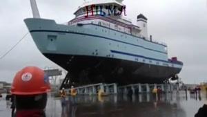 صحنه ی جالب به آب انداختن کشتی