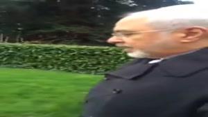 صحبت های دکتر ظریف با خبرنگاران در حال پیاده روی