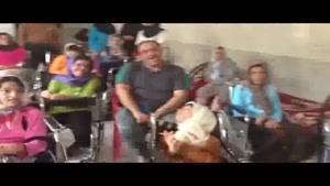 مهران غفوریان در کنار بچه های معلول
