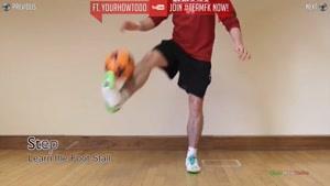 روپایی با توپ فوتبال