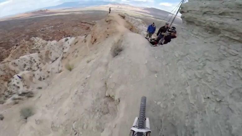 کوهستان و دوچرخه و لنز دوربین گوپرو