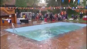 مواج شدن آب استخر هنگام زمین لرزه