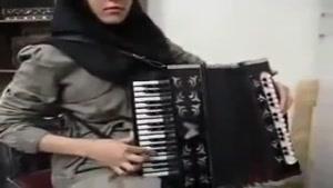 اجرای زیبای یک قطعه آهنگ آذری توسط دختر ایرانی