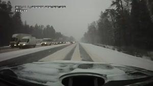 لایی دادن به تریلی در جاده برفی