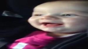 خندیدن بچه از سر ذوق