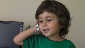 حرف زدن پسرکوچولو با تلفن