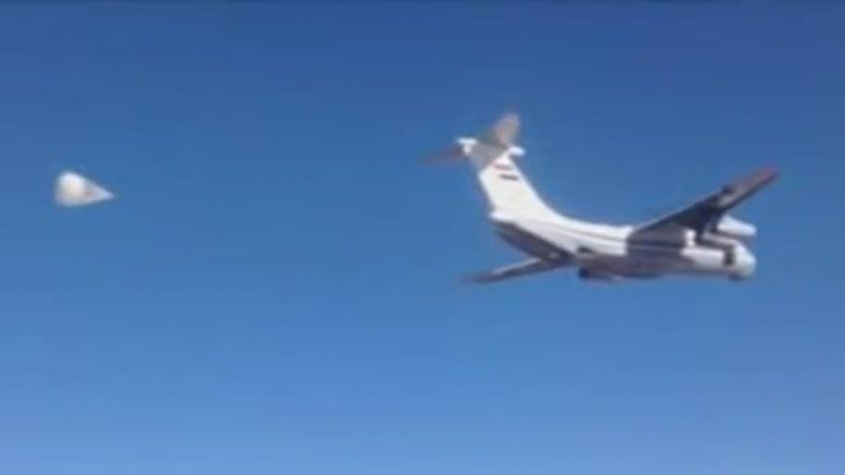 فیلم/امداد رسانی هوایی به غیرنظامیان در دیرالزور