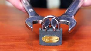 چگونه قفل را باز کنیمHow to open a lock with a nut wrench