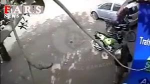 درگیری مرد عصبانی همزمان با 3 پلیس