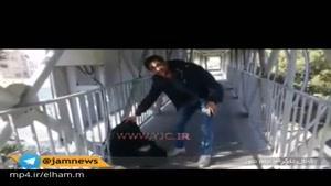 روی یک پل عابر پیاده در شهر قزوین عروسکی با پوشش یک گدا مشغول جمع آوری پول از مردم!
