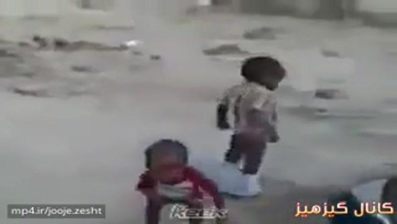 اگه این کوچولو شلوارش نیفته فوتبالیست خوبی میشه😄