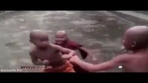 مبارزه دو راهب در معبد به سبک باشگاه مشت زنی