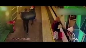 لحظه افتادن دختربچه به زیر مترو