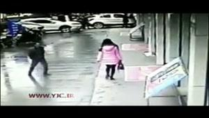 لحظه زورگیری نافرجام از زن جوان در خیابان