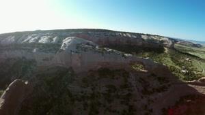 پریدن و عبور از سوراخ ایجاد شده روی صخره با پاراگلایدر