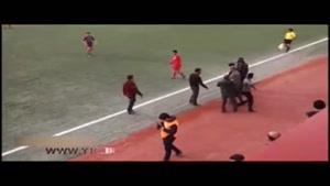 ضرب و شتم داور در حین مسابقه فوتبال