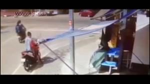 نجات معجزه آسای کودک از حادثه عجیب موتورسواری
