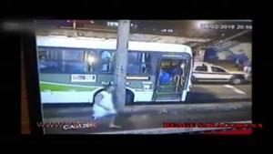 لحظهی رد شدن اتوبوس از روی مسافر