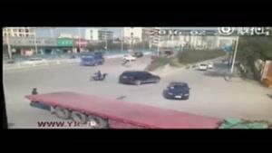 تصادف دلخراش موتورسیکلت با کامیون