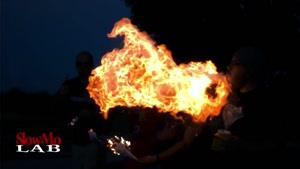 پاشیدن آرد ذرت به آتش در صحنه آهسته