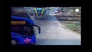 برخورد مرگبار قطار با اتوبوس گردشگران در تایلند