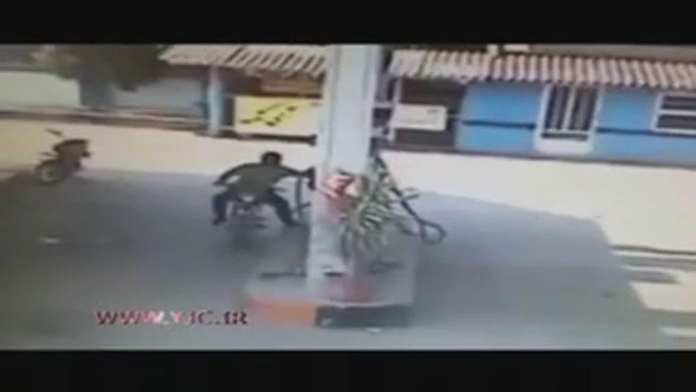 موتورسواری که هنگام سوخت گیری آتش گرفت